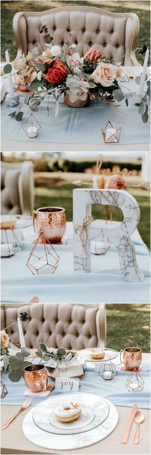 Romance moderno. Boda en azul pastel, cubiertos de cobre, acentos de mármol, donuts, sofá acolchado en gris y un centro de mesa de protea. Un sueño vintage al aire libre. Fotografía de bodas: Haniel Singh Photography.