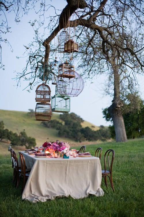 Boda en otoño con brisas frescas y tranquilas y una mesa con mantelería en beige y decoración en rosa y marsala. Sencillez y belleza.