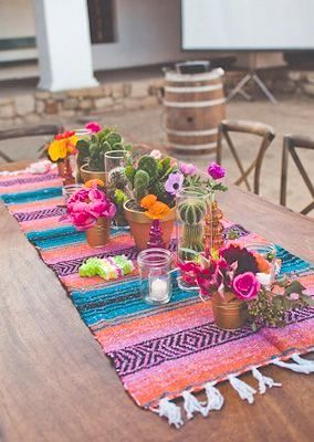 Hermosa y colorida boda mexicana en Santa Barbara, California. Flores, velas, macetas y cactus pueden llegar a hacer maravillas en la decoración de tu boda.