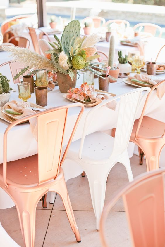 Centros de mesa con cactus para bodas en macetas. Mezcla distintos tipos de cactus para darle mas textura a tu mesa.