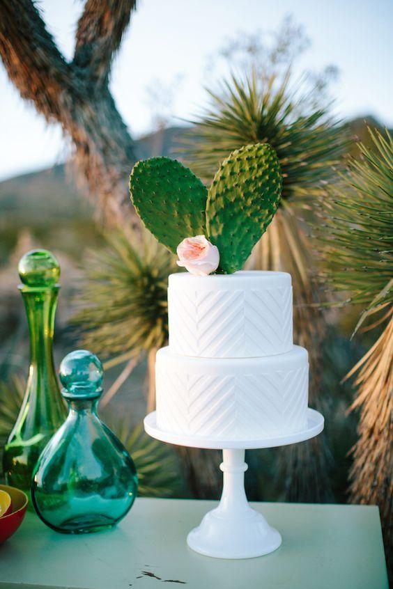 Cactus topper sobre un pastel blanco moderno rodeado de detalles en turquesa en Utah.