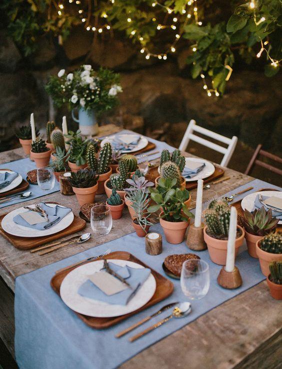 Camino de mesa lleno del espíritu libre boho con cactus y suculentas en una boda en la isla de Lanzarote - una de las Islas Canarias.