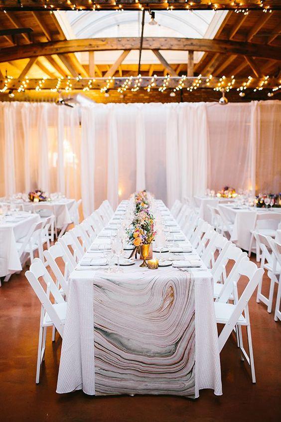 ¿No quieres poner mesas de mármol? Cúbrelas con un camino de mesa en mármol y cobre. Foto: Pen/Carlson Photography.