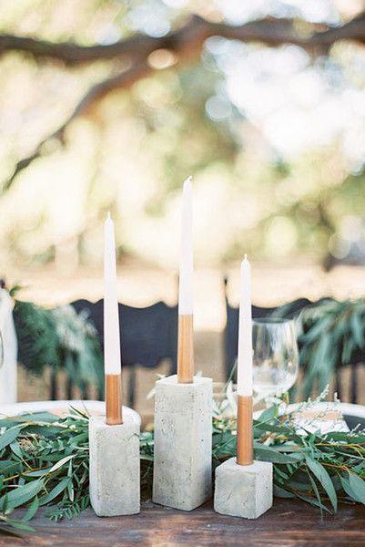 Clava tus velas en bloques de cemento para garantizar su estabilidad y añadir un toque industrial a tu boda.