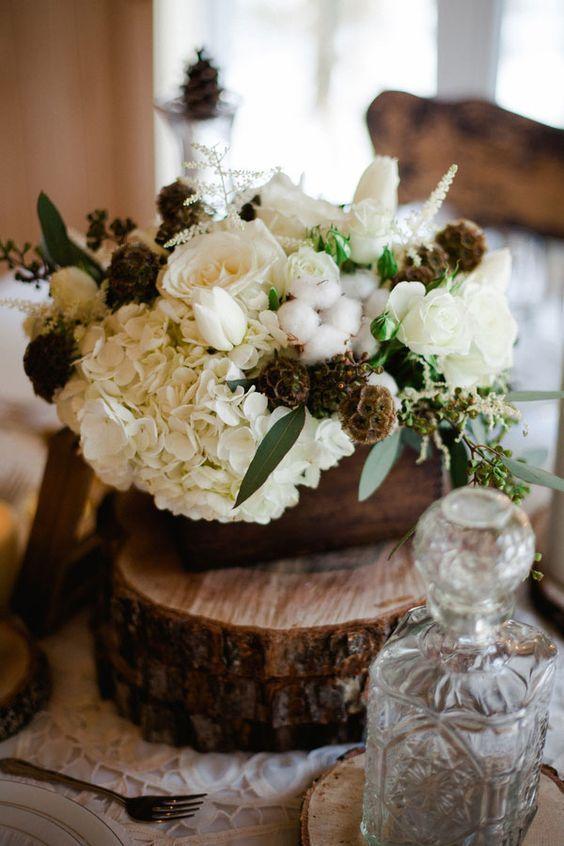 Centro de mesa con flores y algodón.