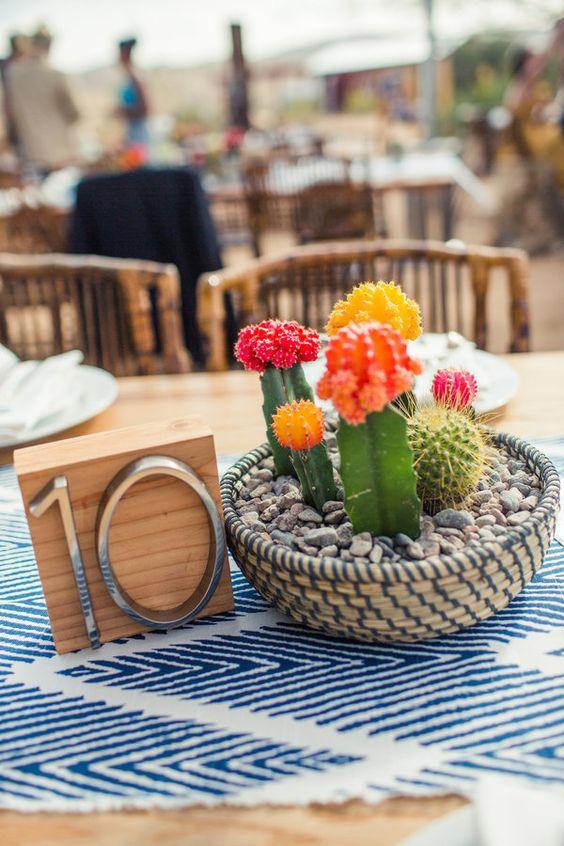 Centros de mesa con cactus para bodas en colores vivos. Foto: Amelia Lyon Photography.