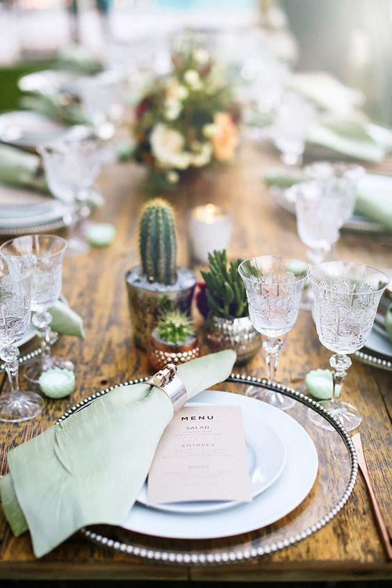 Las bodas en el desierto y en el sudoeste tienen los mejores detalles. Me encantan estos centros de mesa con cactus y delicadas copas de vino y agua de cristal. Haz que brille tu mesa.