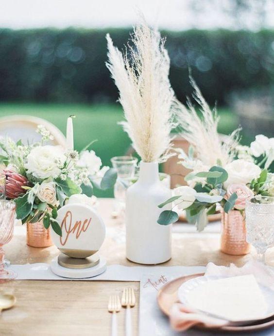 Centros de mesa originales y sencillos con onda bohemia. Fotógrafo de Bodas: Braedon Flynn Photography.