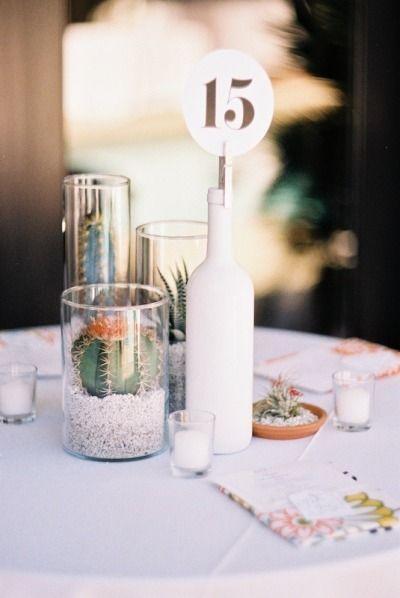 Una hermosa boda con paleta en color coral y centros de mesa sencillos de hacer con cactus y botellones blancos. Fotografía de bodas: bwrightphoto.