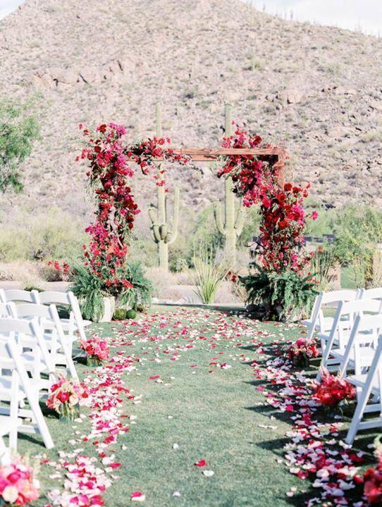 Imagínate casarte en este paraíso desierto de Arizona en comunión con la naturaleza en una ceremonia íntima. El altar esta envuelto en bougainvillea y cactus.