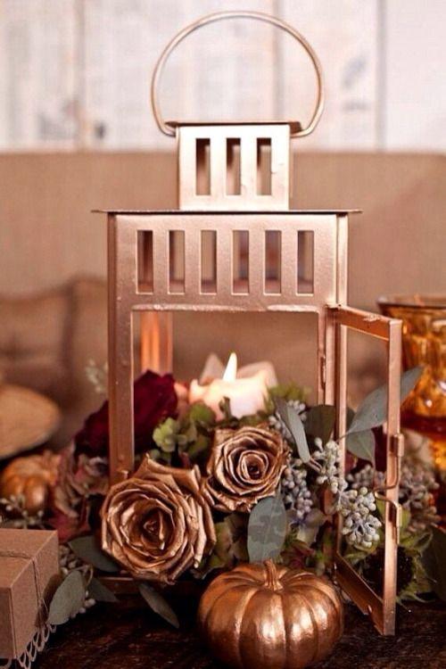 El cobre reina en las bodas del 2018. ¿Porqué no incorporar este centro de mesa con farol y calabazas en cobre en la tuya?