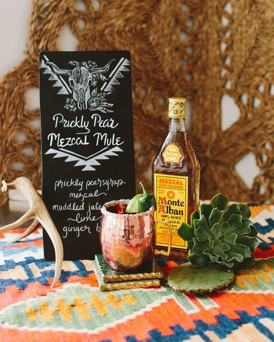 Además de incorporar los cactus en tu decoración puedes utilizar la planta en tus cócteles y menú de bodas. Nuestro drink favorito es este mezcal de cactus.