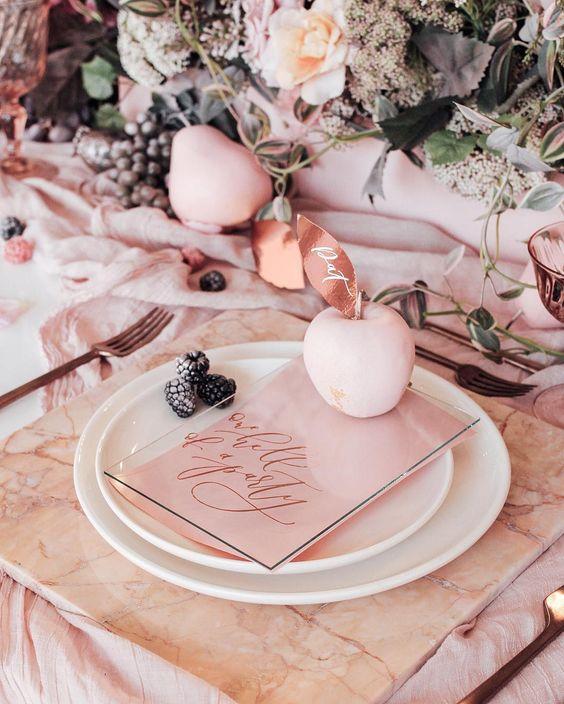 Esta romántica combinación de mármol en blush y cobre es ideal y muy elegante para una boda otoñal.