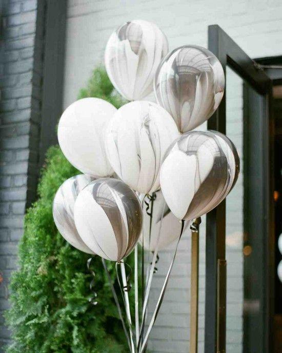 Decoración con globos marmolados. ¿Alguna vez viste algo mas cool?