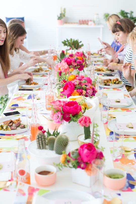 Simpática decoración de mesa con flores y cactus para bodas estilo brunch.