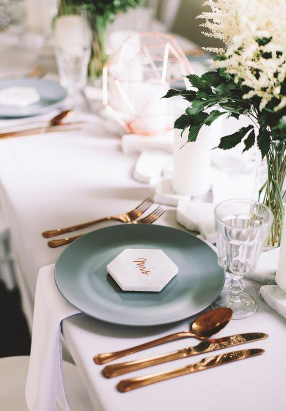 Ideas de decoración de mesas para bodas en mármol y cobre.