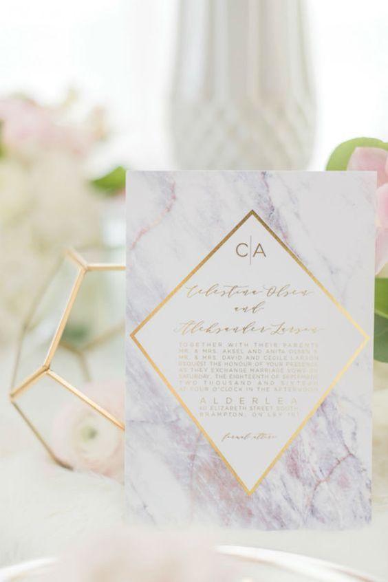 Invitaciones de mármol morado con detalles geométricos.