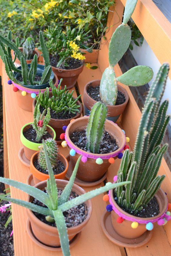 Si tu boda es en el jardín, aprovecha para decorarla con macetas y cactus.