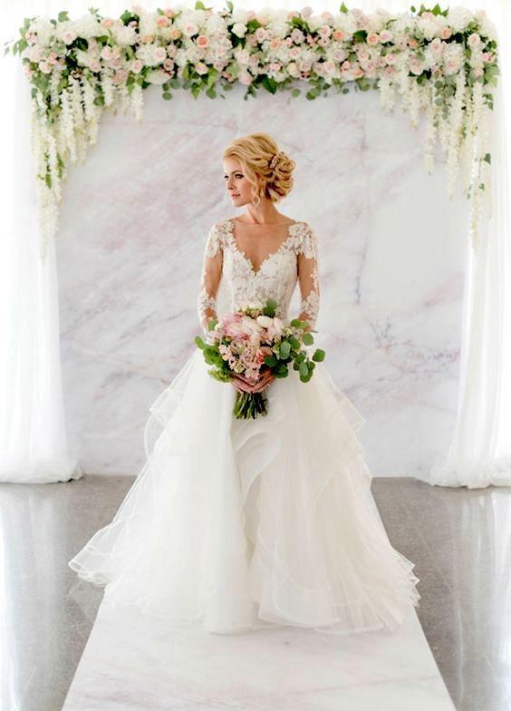"""Una losa perfecta de mármol crea el lienzo ideal para tus super elegantes """"Si, Quiero"""". Fotografía: Colin Cowie Weddings."""