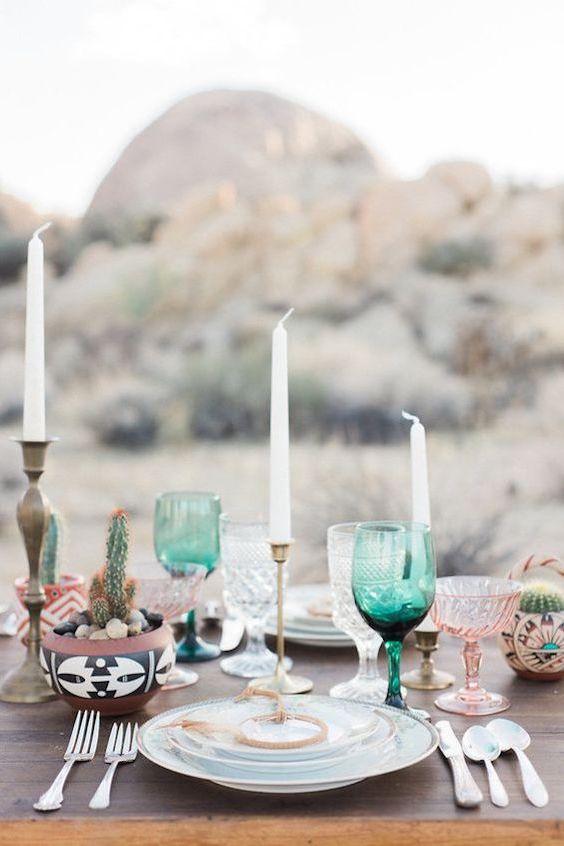 Potes llenos de cactus, copas en varios tonos inspirados en el desierto y velas fue todo lo que se precisó para transformar esta mesa de bodas.