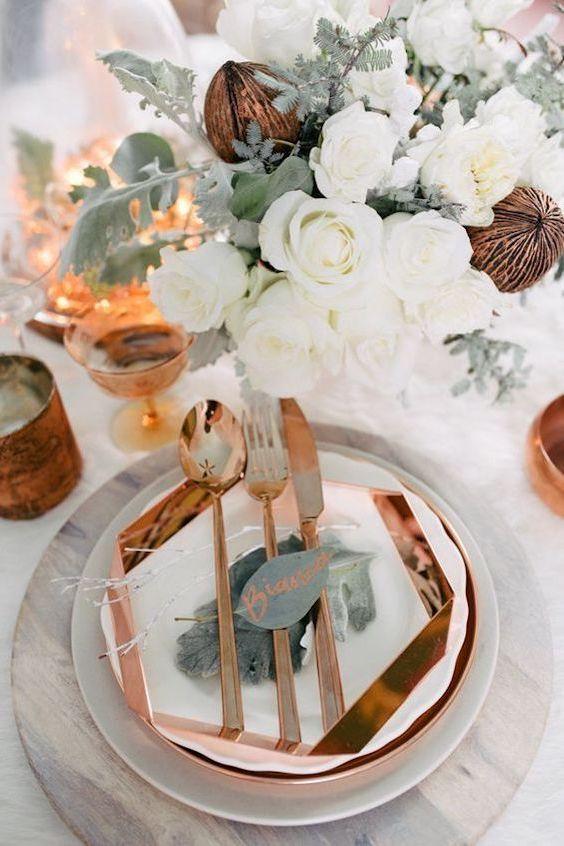 Decoración de mesa para bodas en mármol, cobre, blanco y eucalipto. Foto: Singler Photography.