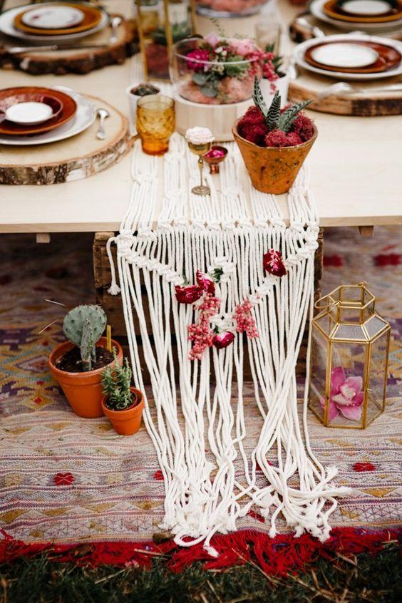 Decoración de mesas romántica con macramé, cactus y rosas con inspiración bohemia francesa.