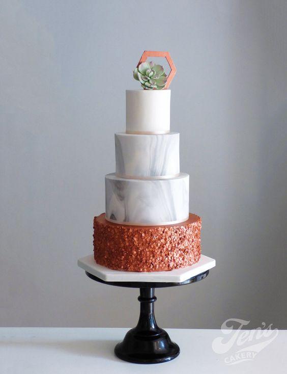 Pastel de boda con lentejuelas de cobre, mármol y suculentas de Jen's Cakery.