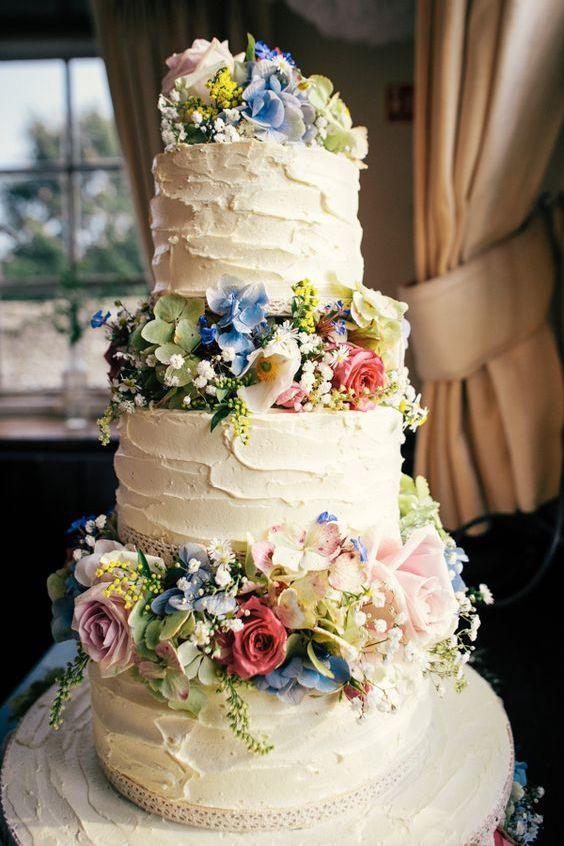 Textura en el pastel realzada por la textura de las flores entre piso y piso, rústico y otoñal.