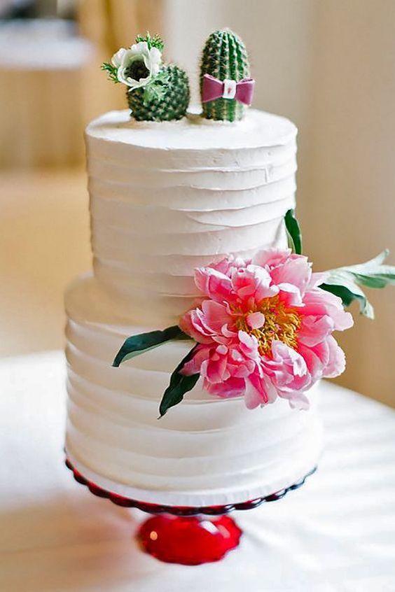 La elegancia casual de estos espinosos pasteles de boda nos dejan sin aliento. Un fabuloso acento con cactus añade textura e interés visual a estos pasteles blancos.