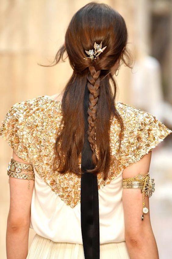 No olvides el detalle en el pelo como este peinado de la pasarela de Chanel 2018.