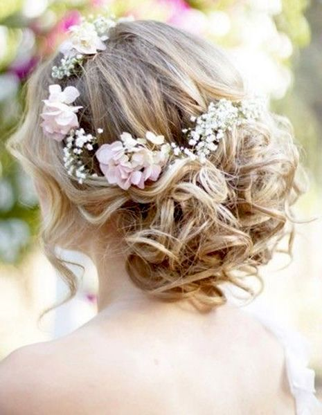 Adorable pink blush crown for the bride's hairdo.