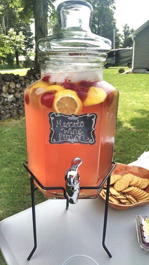 Delicioso, otoñal y económico, un punch de vino moscato con zumo de frutas.