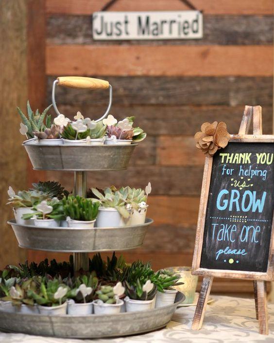 Llena de belleza y romance, esta boda en un granero es un amor! En el Red Corral Ranch en Texas esta boda mezcla lo vintage con lo rústico. Amamos estos recuerdos de boda sobre bandejas de latón.