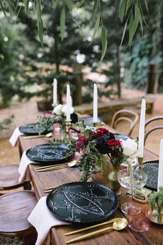 Romantic vineyard wedding ideas under a weeping willow tree in marsala combined with a beautiful wooden table with black crockery and gold cutlery. Photo: Amanda Afton.
