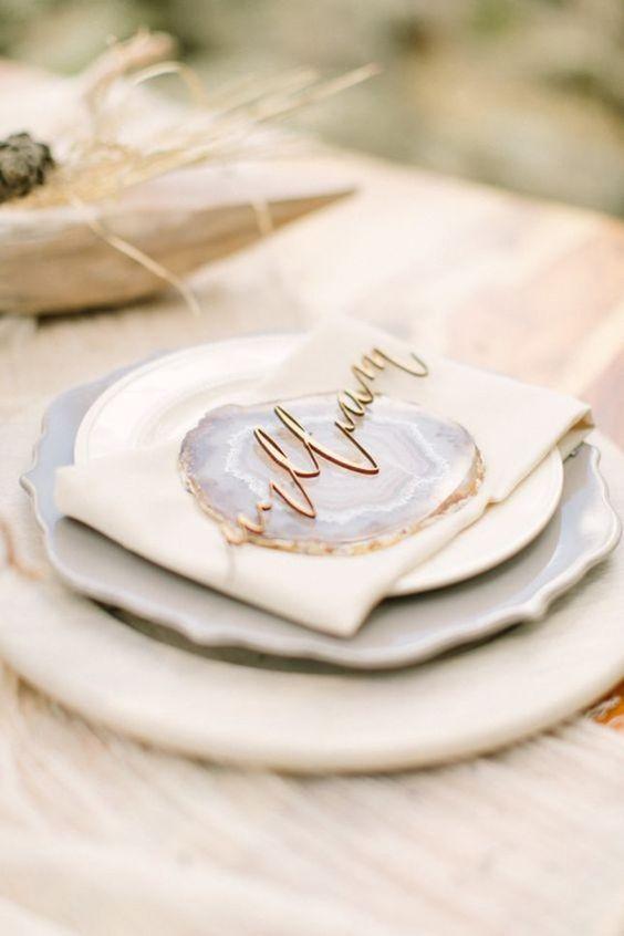 Unos geodos, platos en blanco y gris y un toque en cobre, te ayudarán a incorporar esta tendencia en tus mesas.