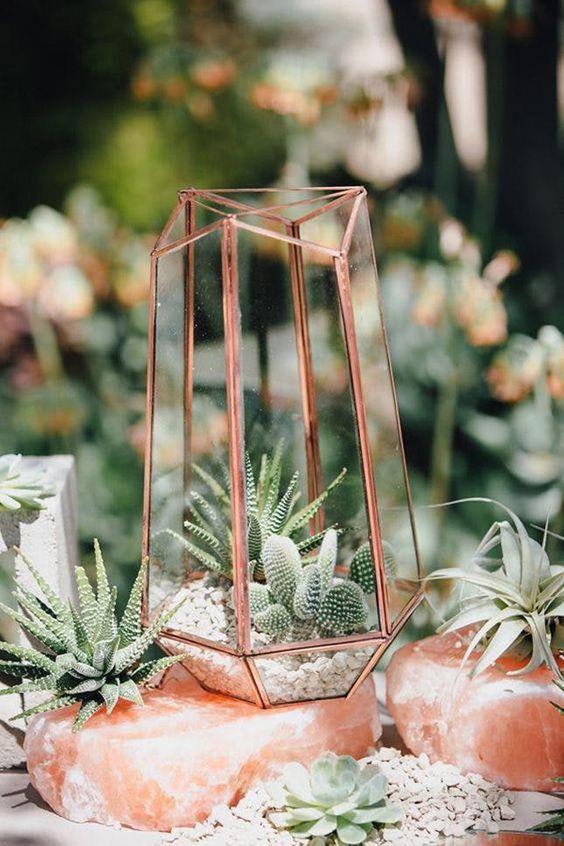 Mezcla dos de las tendencias en bodas, el cobre y los cactus. Suma un toque boho del desierto a tu boda industrial.