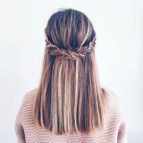 Una trenza como detalle sobre pelo liso.