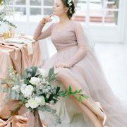 Tonos de gris en el vestido de la novia y un par de zapatos en cobre elegantes y diferentes.