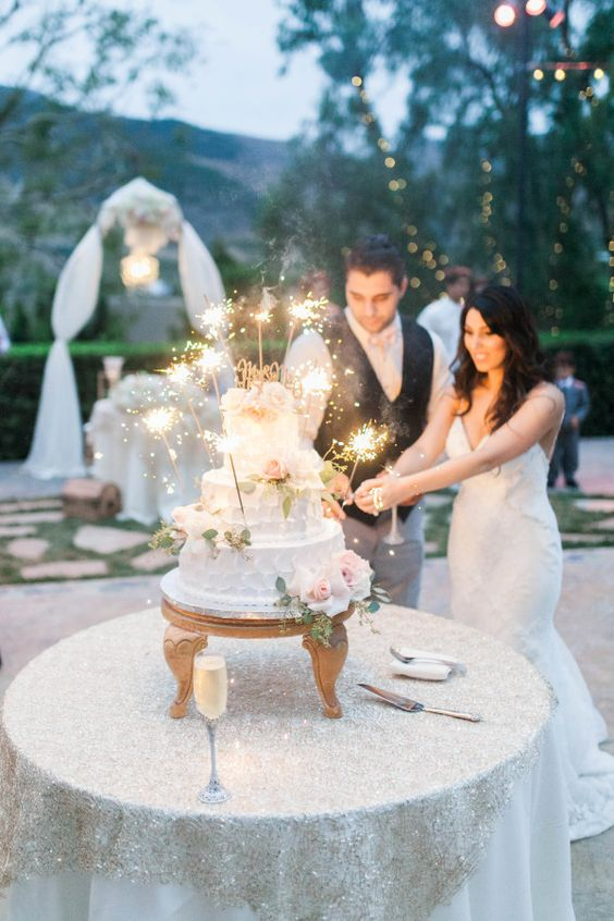 Classic vintage glam sparkling wedding cake. Cake cutting time! Photography: Maria Lamb.