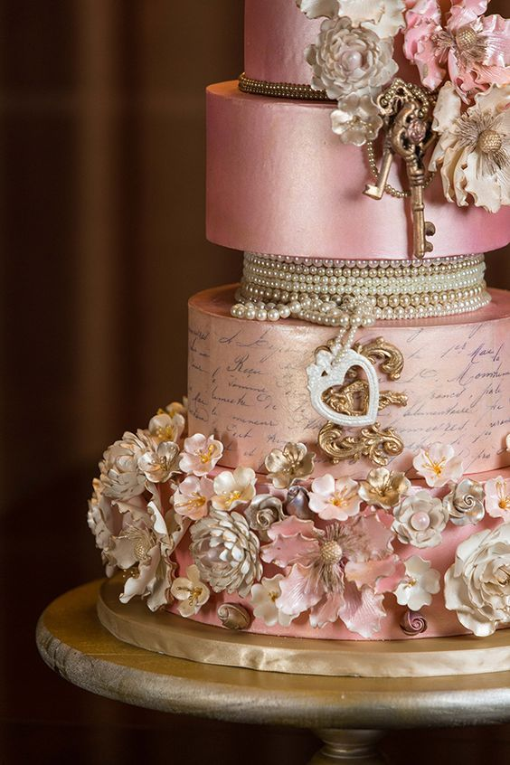 Love the intricate details on this vintage wedding cake.