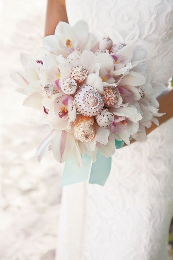 Alternative wedding bouquet for beach weddings.