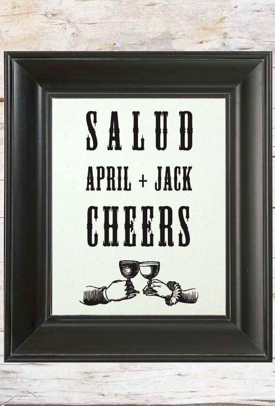 Deja que tus invitados aprendan algunas palabras en otro idioma como 'Salud', 'Cheers' al levantar las copas.