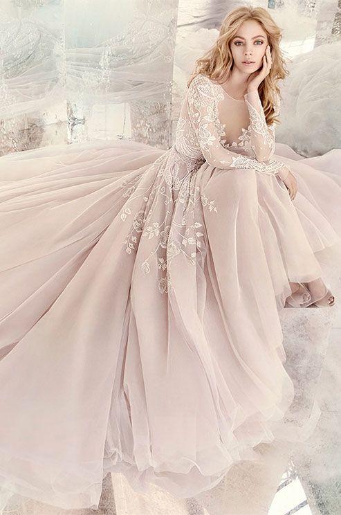 Vestido de novia en color ametista con detalles de perlas, mangas largas y cola catedral de Hayley Paige.