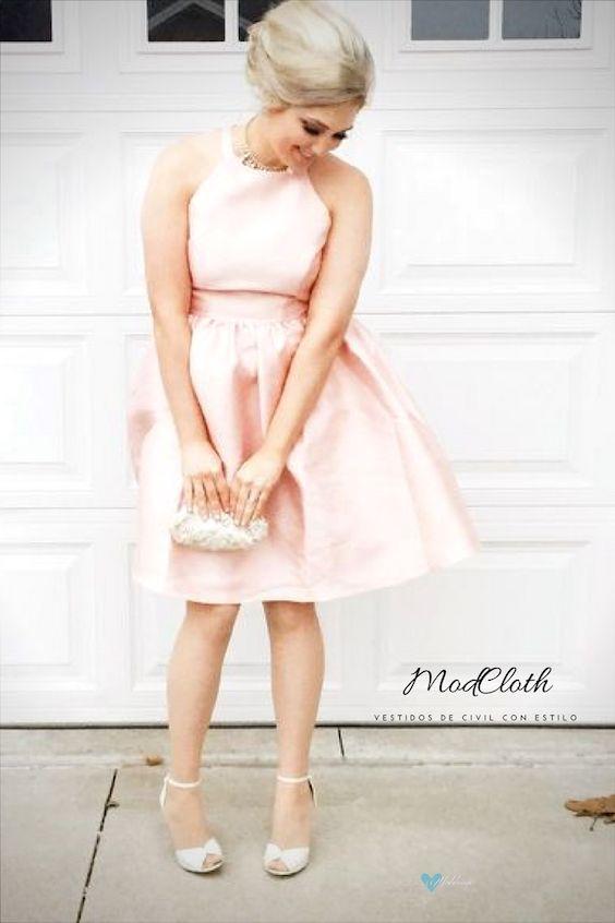 Vestido muy discreto en tono rosa pastel de Wendy Bird con escote halter y silueta clásica en línea A.