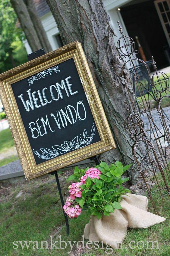 El novio es brasileño, así que crearon una bienvenida en dos idiomas. Boda en la Granja Weathervane en Hamilton, NY. Foto: de Katie Chlad Photography.