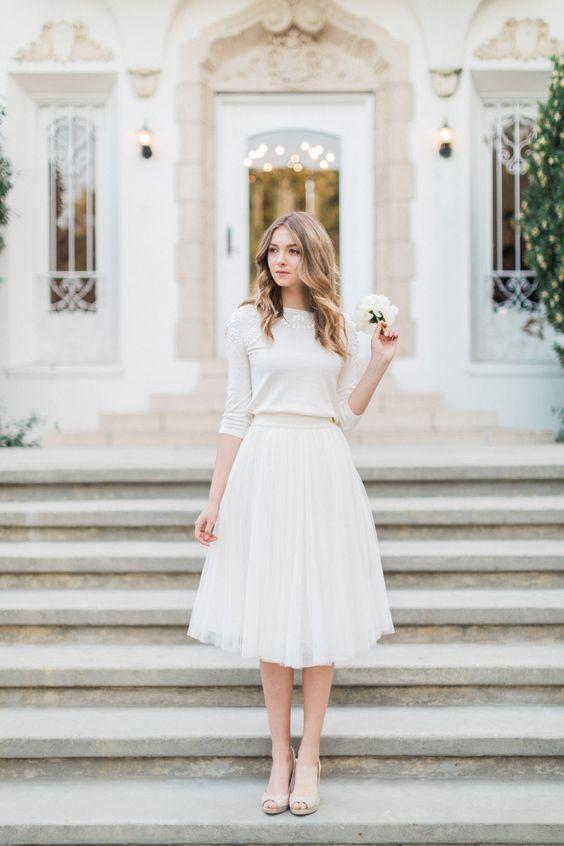 Conjunto de sweater y falda de tul de Jenny Yoo para una boda civil en invierno.