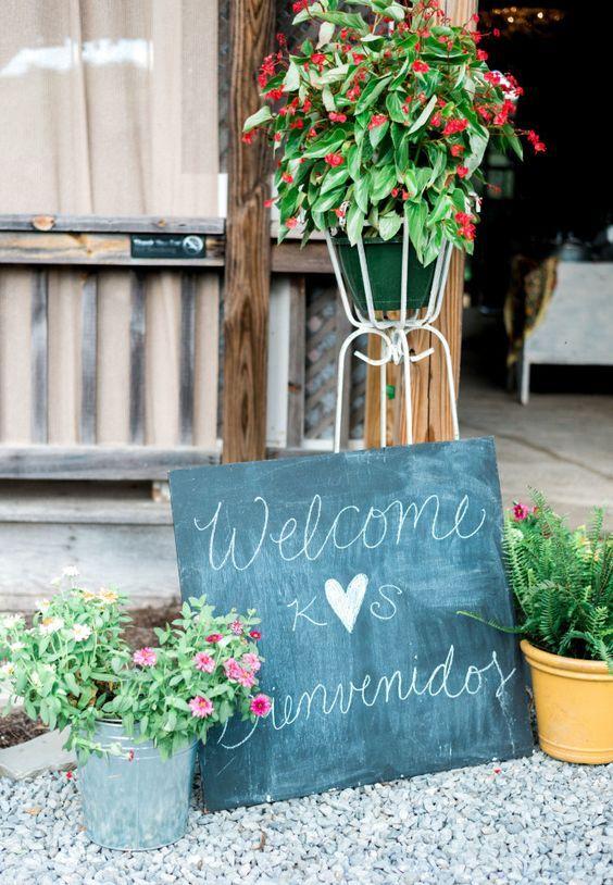Los carteles en ambos idiomas son una manera simpática y sencilla de celebrar una boda bilingüe. Foto: michellele a photographie.