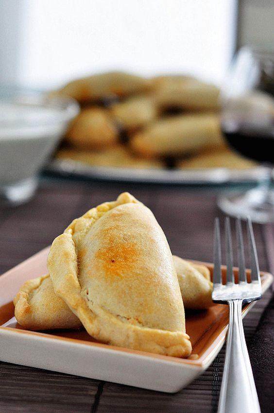 ¿Quien le puede decir que no a las empanadas? Para celebrar una boda bilingüe o bicultural incluye platillos de cada una de las culturas.