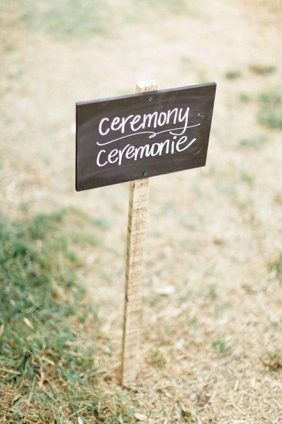 Al celebrar una boda bilingüe recuerda indicar a tus invitados adonde deben ir en su lengua materna. Xavier Navarro Photographie.