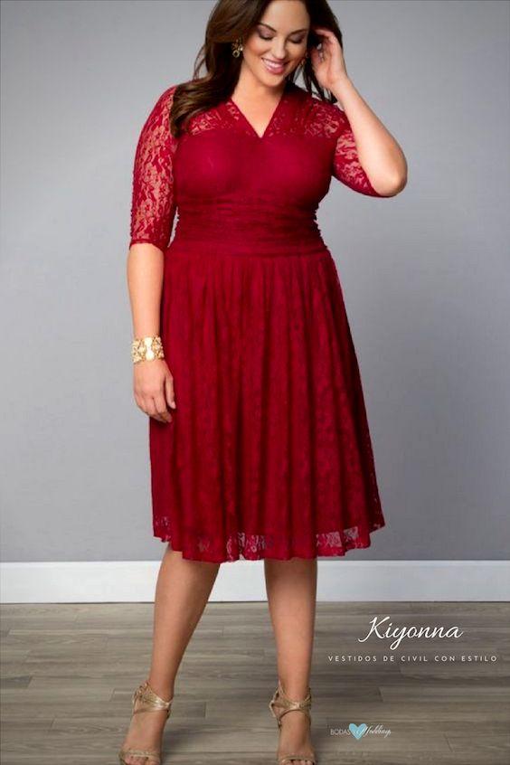 Con cuello ilusión y ceñido a la cintura este vestido flotará con tus curvas mientras bailas toda la noche.